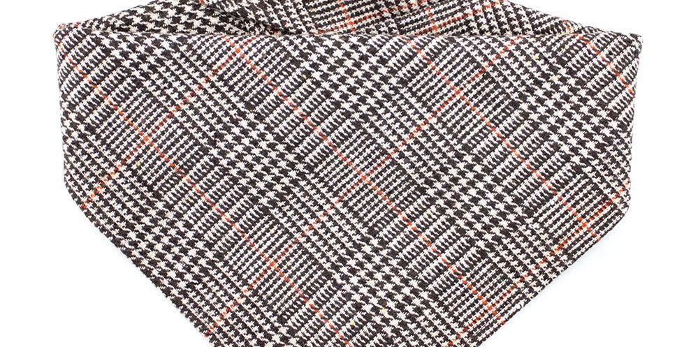 Hundehalstuch von Duftmarke aus Wolle und mit Karo Muster. Exklusiv und angenehm zu tragen.