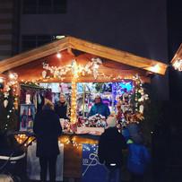Weihnachtsmarkt mit schöner Stimmung
