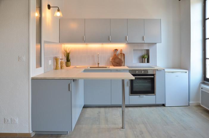 cuisine Ikea grise plan de travail frene rétroeclairage crédence carreaux gris pamesa richardson applique en verre niche évier inox et mitigeur vitrage clair