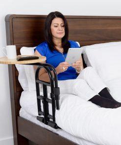 מעקה למיטה עם מגש שימושי