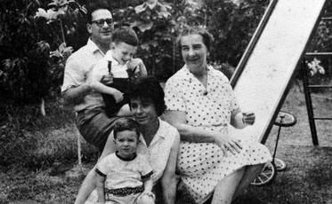 גולדה ומשפחתה.jpg