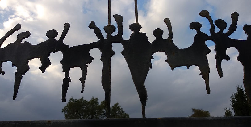 פסל נשים בשורה בבית הקברות.jpg