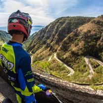 Atleta cumpre desafio e desce Serra do Rio do Rastro empinando bicicleta