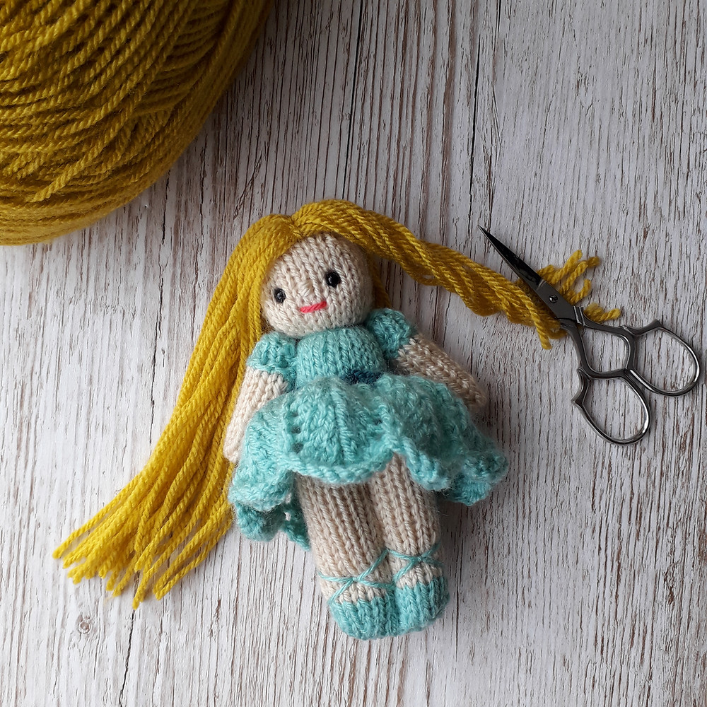 tutorial for adding hair to a knitted doll.