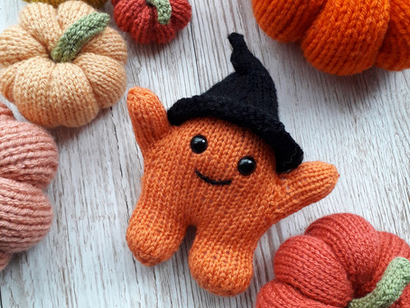 Free witches' hat pattern for Huggling Monsters at Halloween.