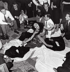 Aiché Nanà bends down at the end of her striptease at Rugantino, Rome 1958