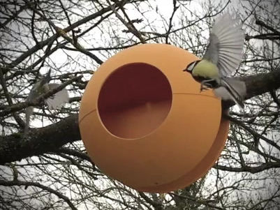 BIRDBALL : Das kugelförmige Futterhaus für das Balkongeländer