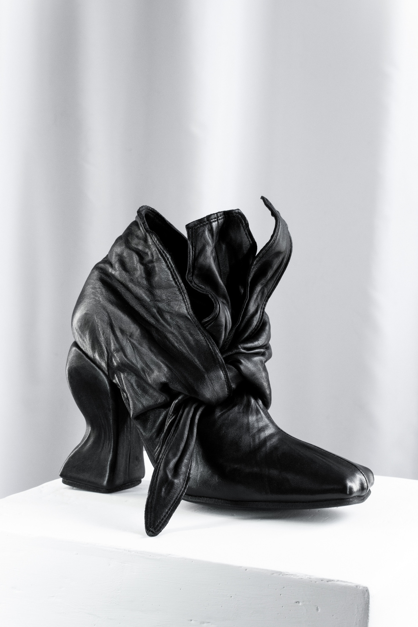 Curved heel Bow Ankle boots