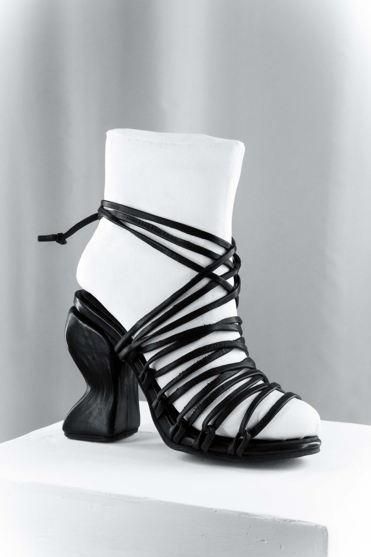 Curved heel Lace-up Sandals