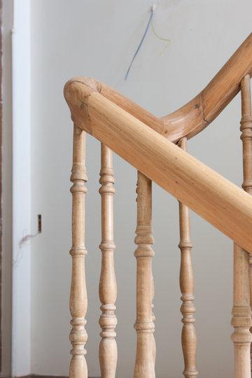 Commande : Décapage d'un escalier. Main courante et fuseaux