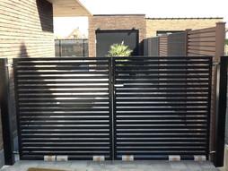 Steenkorven met composietafsluiting en poort op maat