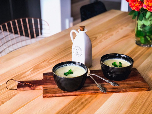 Zupa krem z pieczonego kalafiora, czosnku i białych warzyw.