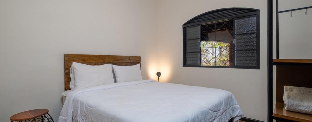 16. Suite 1 - Quarto com cama queen size - Chácara São Miguel - casa 18pax.jpeg