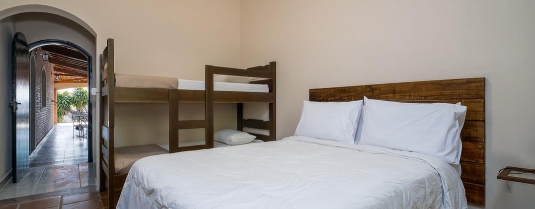 24. Suite 5 - Quarto com cama de casal e beliche - Chácara São Miguel - casa 18pax.jpeg