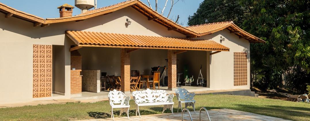 6. Área da Churrasqueira e parcial da piscina - Chácara São Miguel - casa 18pax.jpeg