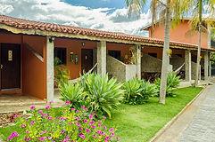 Fachada dos Chalés (varandas e jardim).j