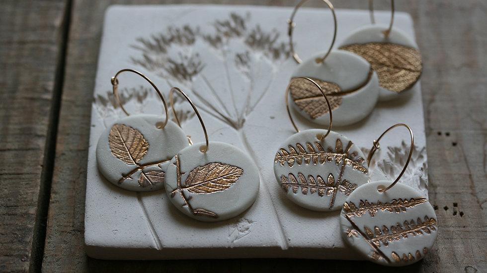 Boucles d'oreilles créoles herbier or, sequin en porcelaine 25 mm