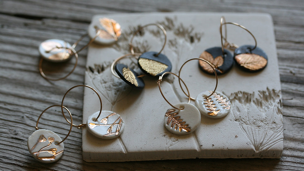 Boucles d'oreilles créoles herbier en  porcelaine blanche et or