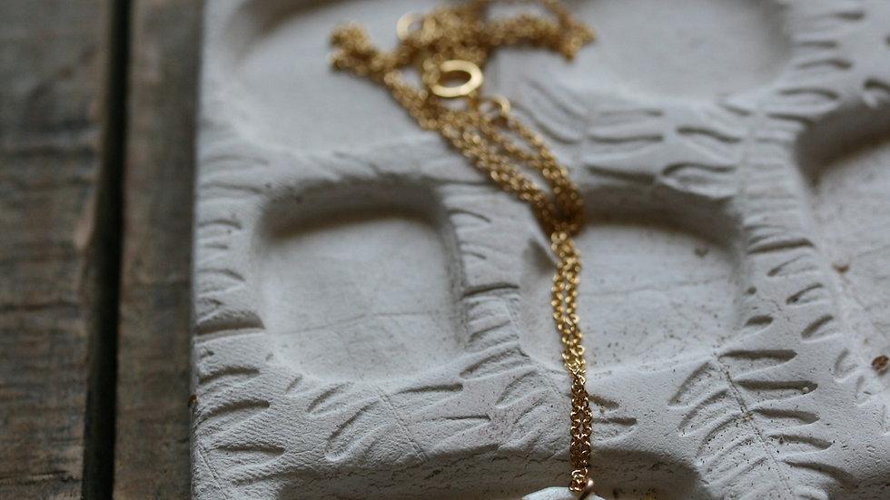 Collier herbier or, médaillon 12 mm en porcelaine blanche et or