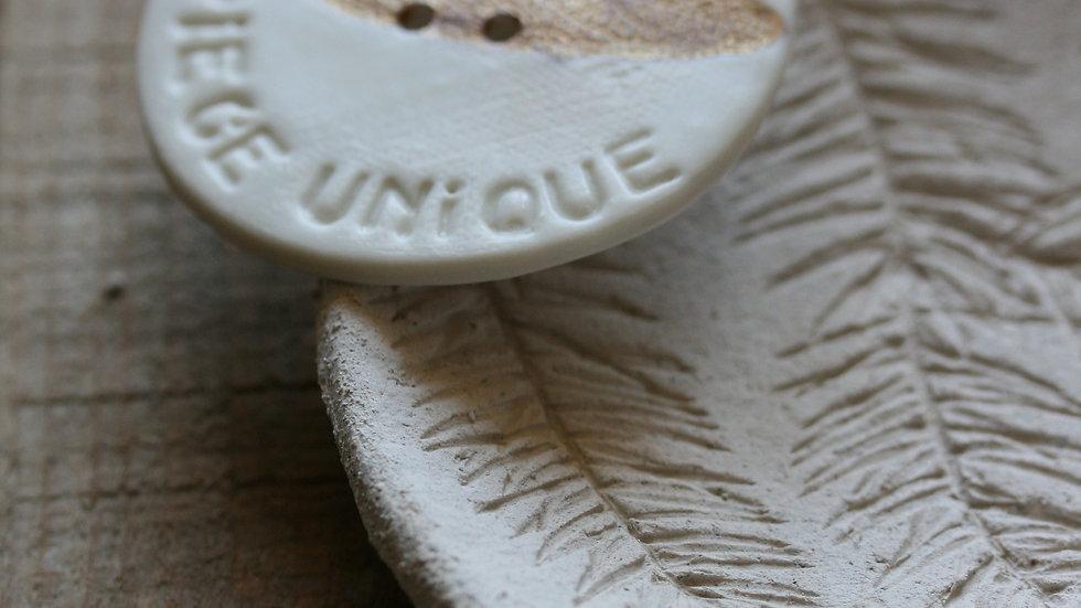 Grand bouton typographié PIECE UNIQUE et herbier OR en porcelaine diamètre 6 cm