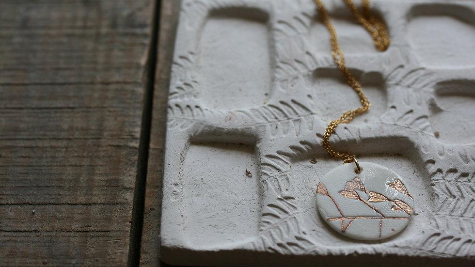 Collier herbier or, médaillon 25 mm en porcelaine blanche et or