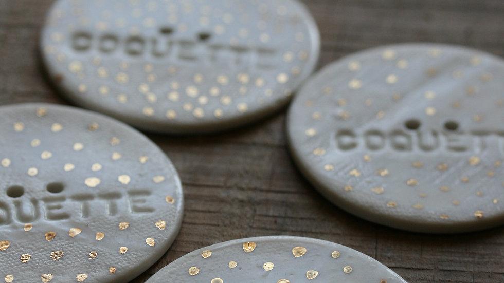 Grand bouton typographié COQUETTE et HAND MADE OR en porcelaine diamè