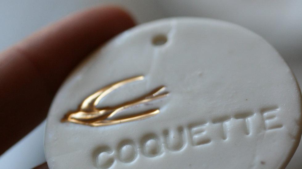 Grand sequin typographié COQUETTE  OR en porcelaine diamètre 5 cm