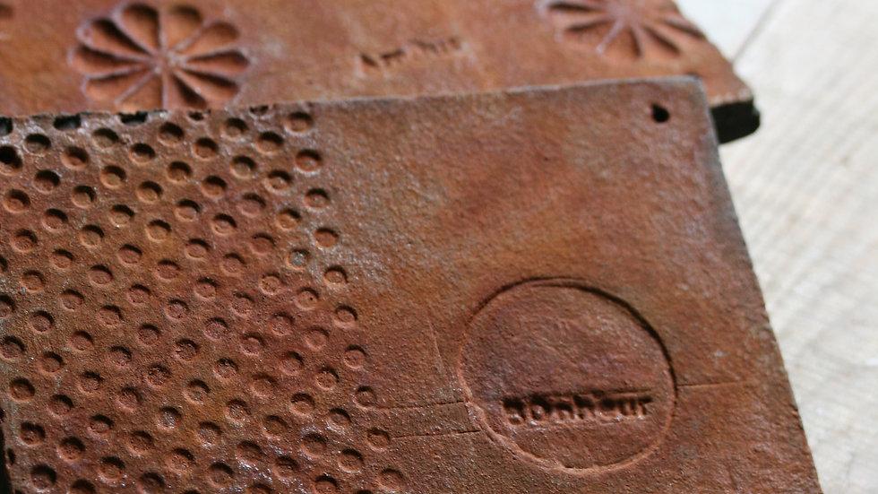 Plaque décorative en céramique rouillée