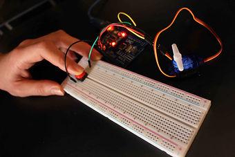 servomoteur Arduino uno description bibliotheque 2 kit électronique débutant à monter Arduino tutoriel apprendre kit électronique explication meilleur composant
