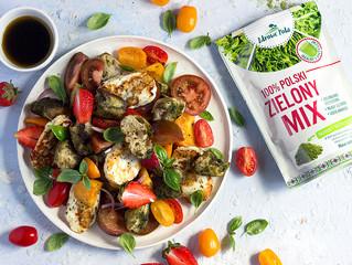 Pomidorowo-truskawkowa panzanella z ziołowymi grzankami i grillowanym serem halloumi
