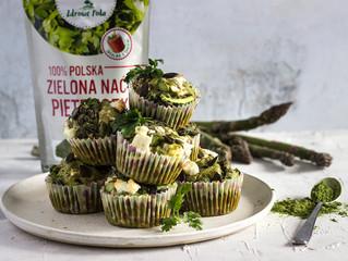 Wytrawne zielone muffiny ze szparagami, suszonymi pomidorami, fetą i Zieloną Nacią Pietruszki