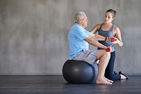 Rückenübung auf Gymnastikball