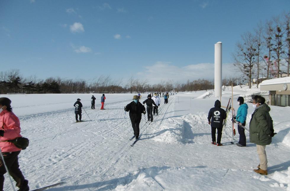 くスキー教室(R3.1.16開催@東山公園陸上競技場)の様子