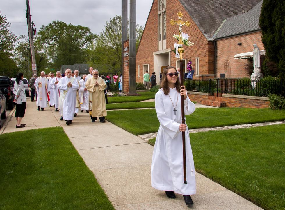 Procession toward the outdoor Shrine