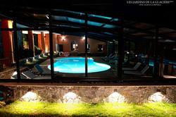 La piscine nocturne depuis les jardins