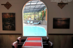 Vue de la piscine depuis la salle des petits-déjeuners