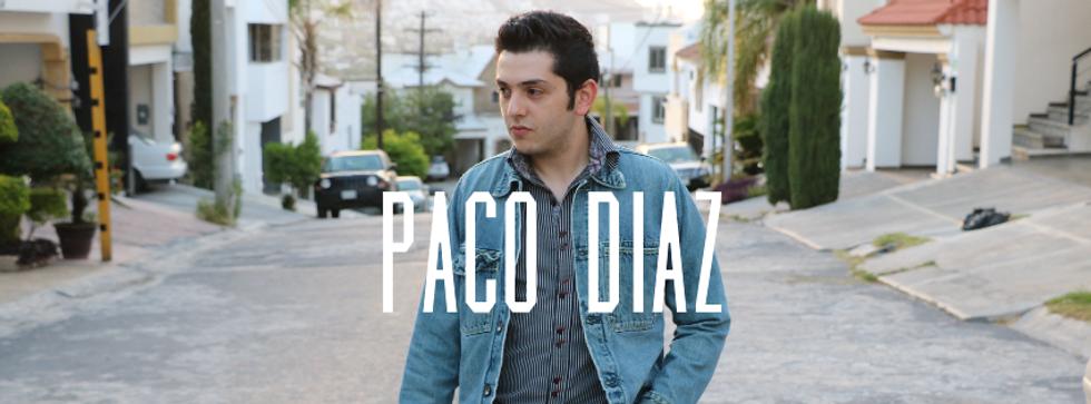 Paco Díaz parado en la calle para su album deer