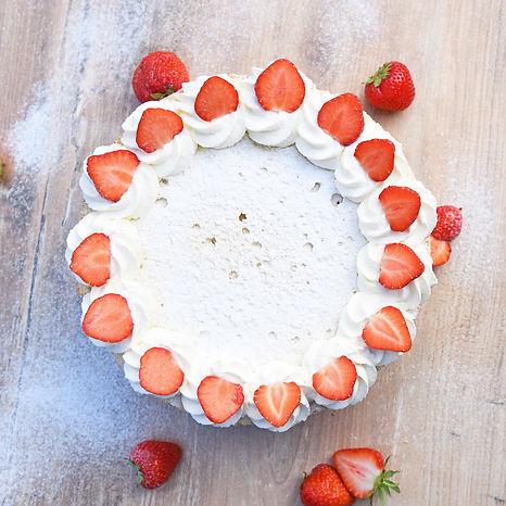 Tvarohový dort se šlehačkou a jahodami