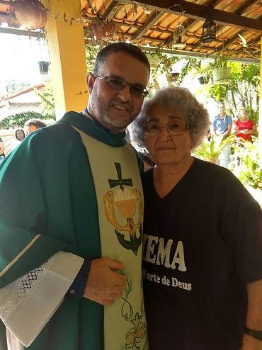Dona Zezinha e o padre.jpg