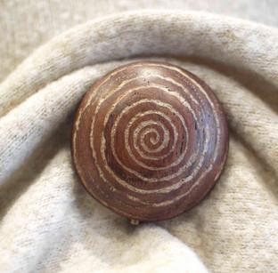 Broche en bois et incrustation de nacre