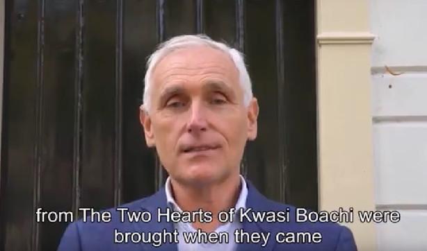 Arthur Japin maakt voor het eerst kennis met de drinkbeker van Kwasi Boachi in Delft