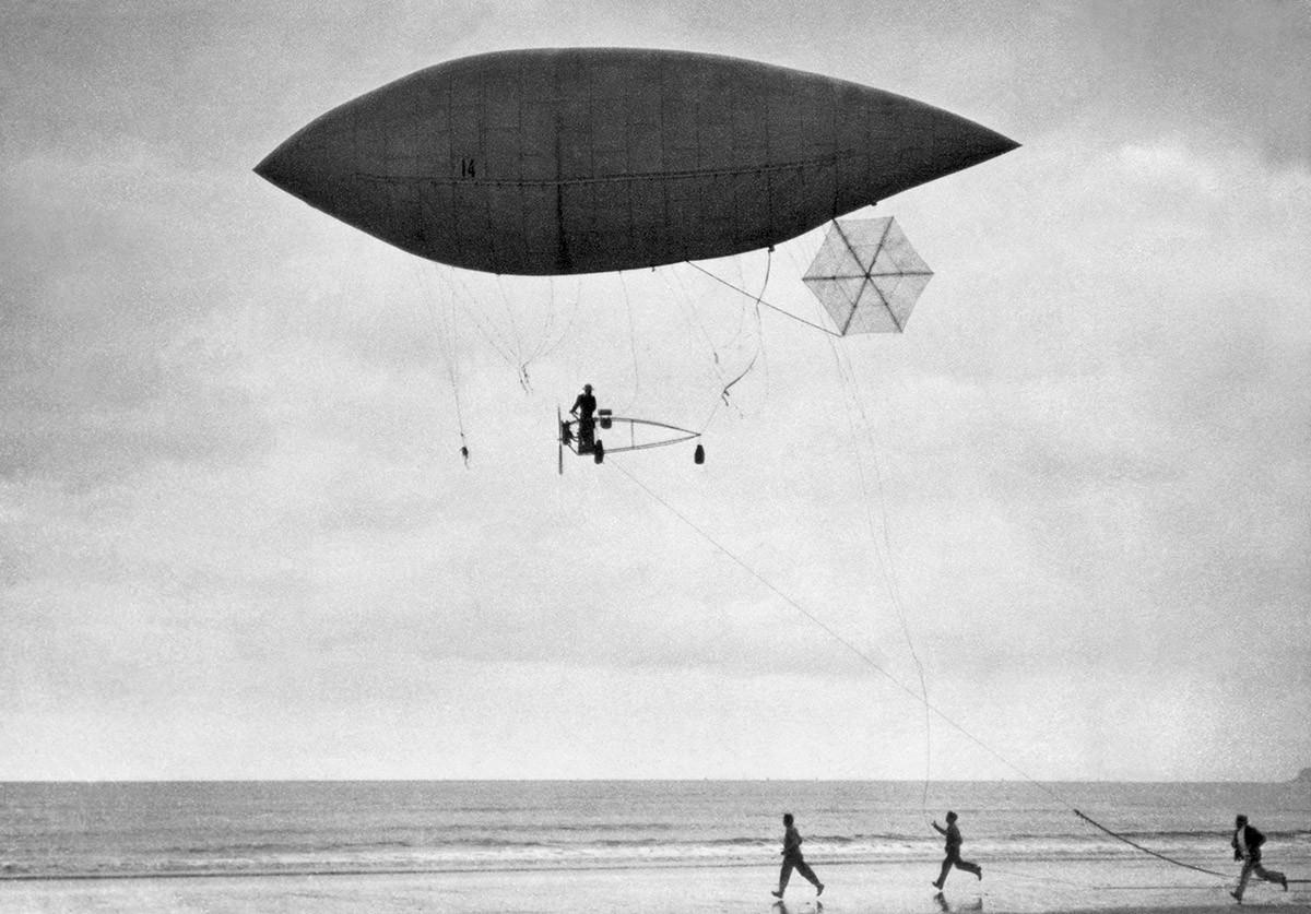 Santos-Dumont in één van zijn uitvindingen.