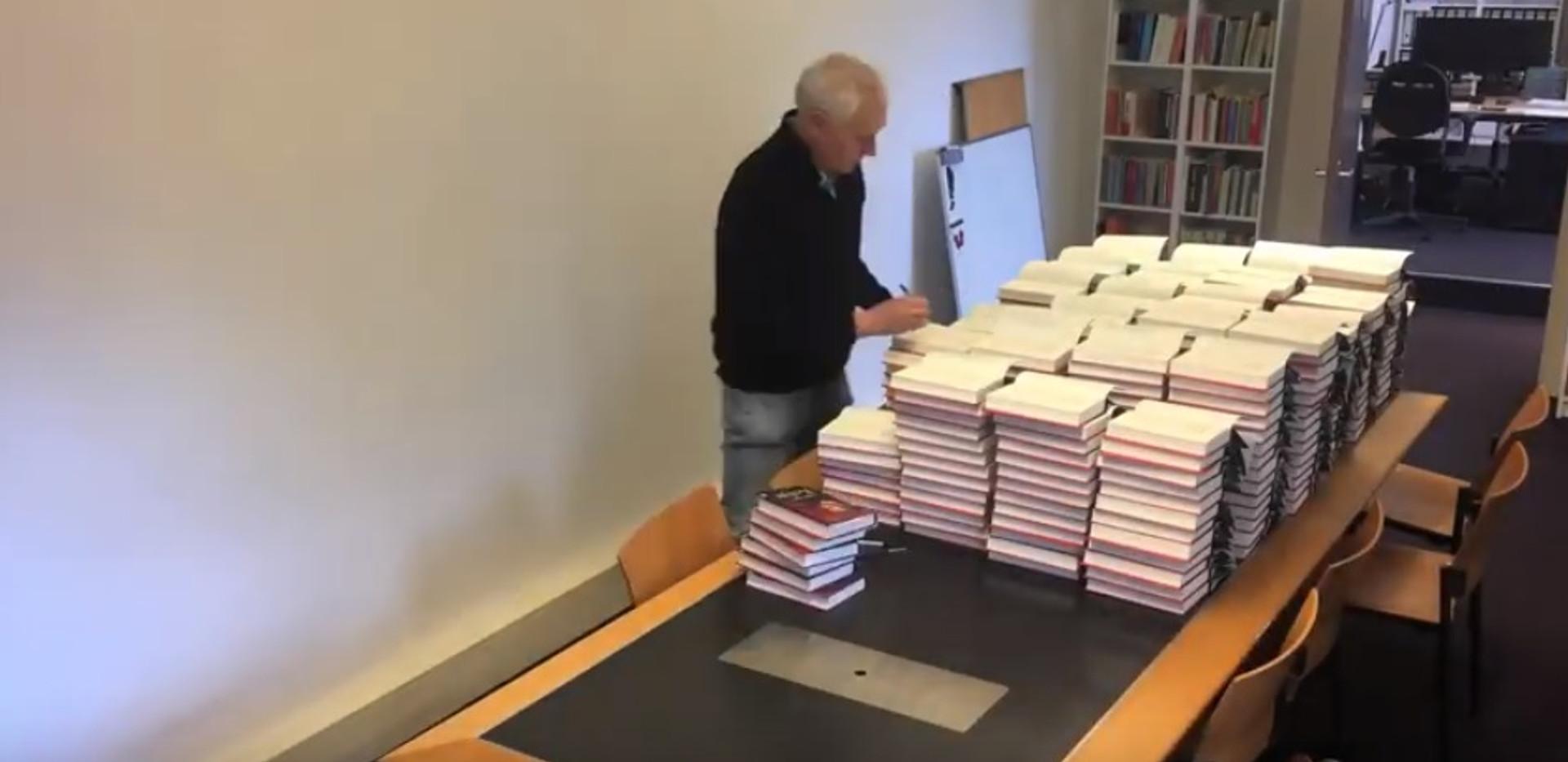 Arthur signeert 300 exemplaren van Kolja