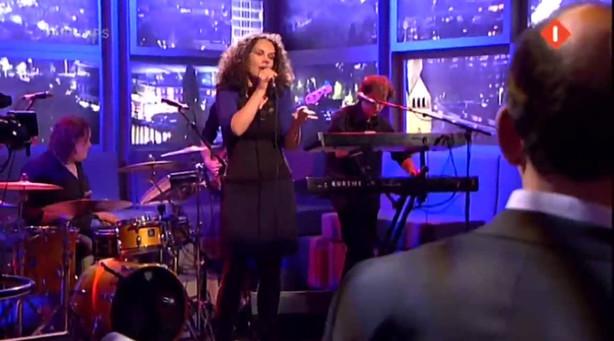 Sara Kroos zingt het lied Nachtkaravaan, waarmee zij samen met Arthur Japin de Annie M.G. Schmidt prijs won.