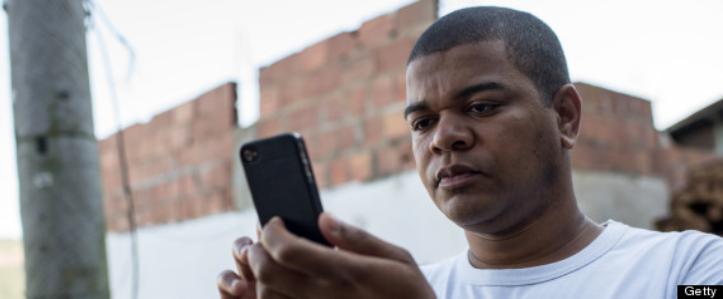homem_com_celular.png