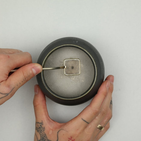 with the metal tongs, place a mica plate on top