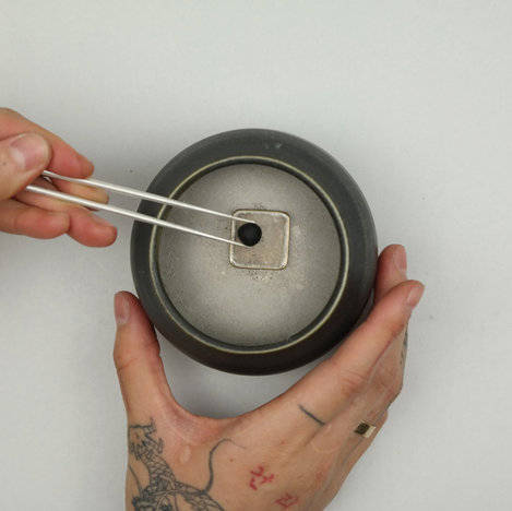 very carefully place an incense pellet on the mica plate