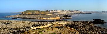 Vue panoramique de Saint Malo en lieu du grand bé en Bretagne. Paysage de mer.