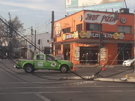ÚLTIMO MINUTO: Poste caído en Gran Avenida.