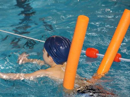 Comienzan clases de natación en piscinas de El Bosque